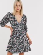 ASOS DESIGN - Bomuld poplin lagdelt mini slå-om kjole i blomsterprint-...